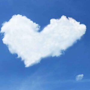 Wolken in de lucht in de vorm van een hart